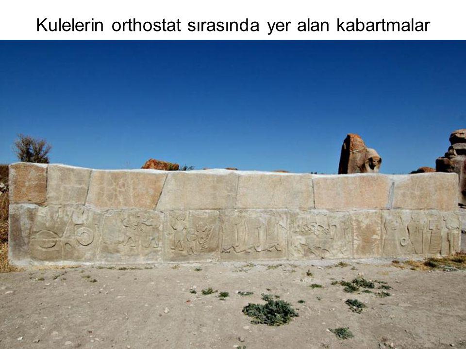 Kulelerin orthostat sırasında yer alan kabartmalar