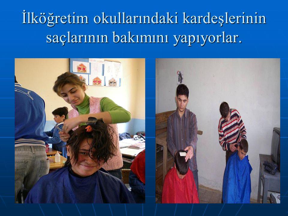 İlköğretim okullarındaki kardeşlerinin saçlarının bakımını yapıyorlar.