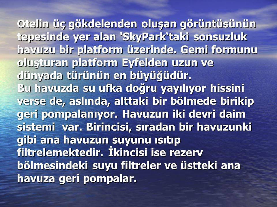 Otelin üç gökdelenden oluşan görüntüsünün tepesinde yer alan SkyPark'taki sonsuzluk havuzu bir platform üzerinde.