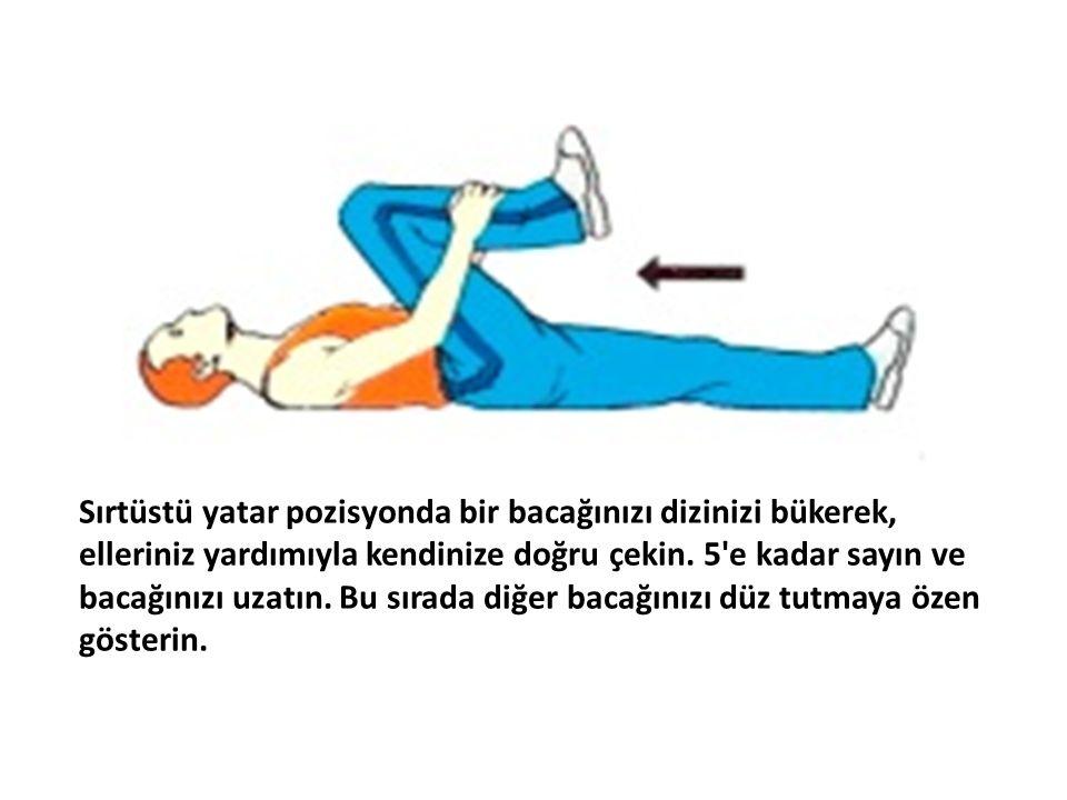 Sırtüstü yatar pozisyonda bir bacağınızı dizinizi bükerek, elleriniz yardımıyla kendinize doğru çekin.