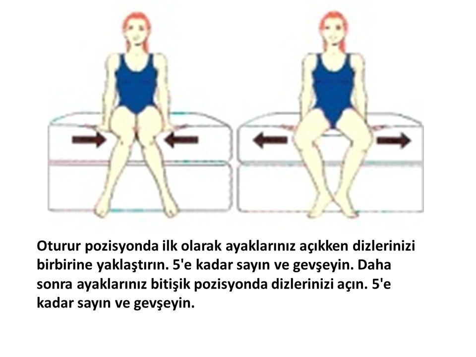 Oturur pozisyonda ilk olarak ayaklarınız açıkken dizlerinizi birbirine yaklaştırın.