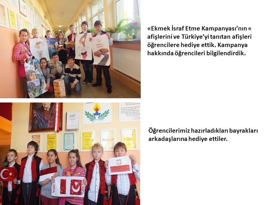 Öğrencilerimiz hazırladıkları bayrakları arkadaşlarına hediye ettiler.