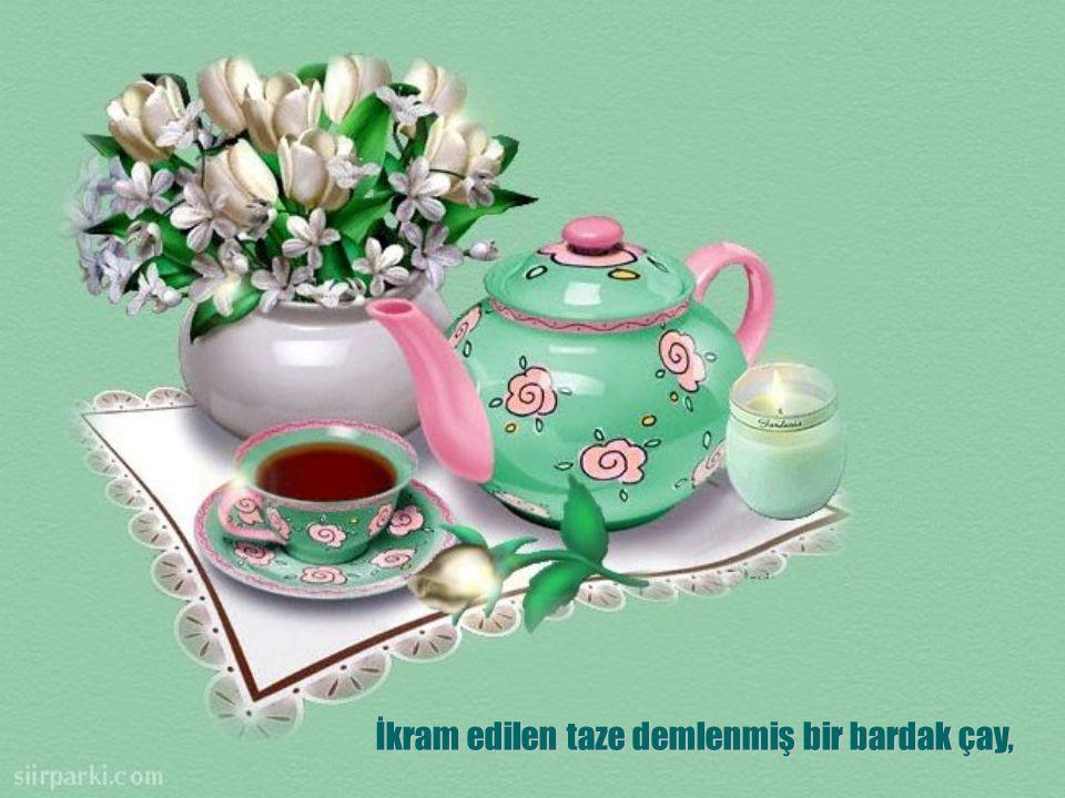 İkram edilen taze demlenmiş bir bardak çay,