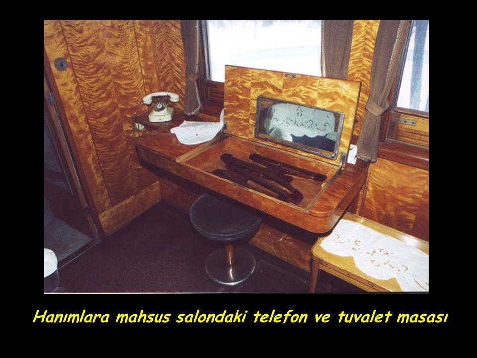 Hanımlara mahsus salondaki telefon ve tuvalet masası