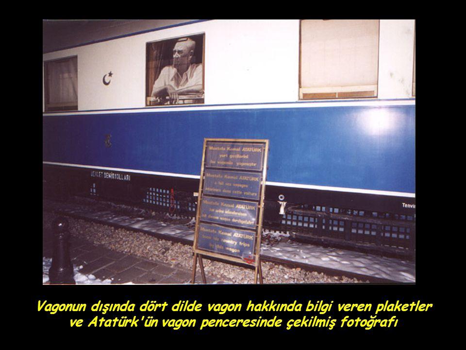 Vagonun dışında dört dilde vagon hakkında bilgi veren plaketler ve Atatürk ün vagon penceresinde çekilmiş fotoğrafı