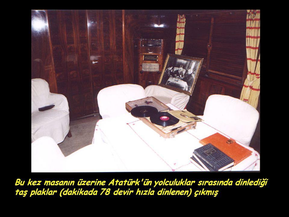 Bu kez masanın üzerine Atatürk ün yolculuklar sırasında dinlediği taş plaklar (dakikada 78 devir hızla dinlenen) çıkmış
