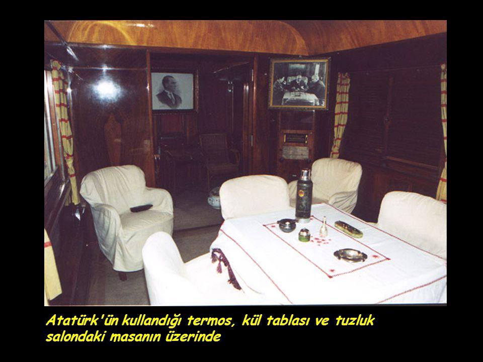 Atatürk ün kullandığı termos, kül tablası ve tuzluk salondaki masanın üzerinde