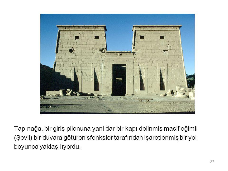 Tapınağa, bir giriş pilonuna yani dar bir kapı delinmiş masif eğimli