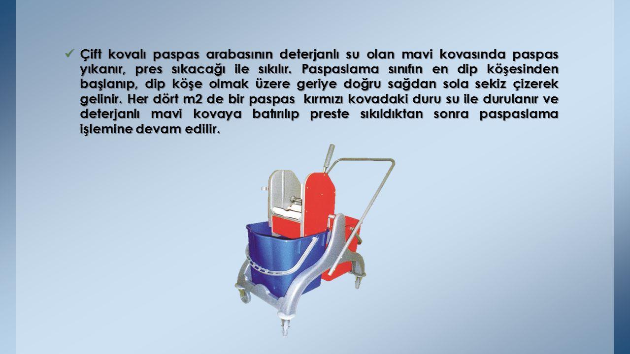 Çift kovalı paspas arabasının deterjanlı su olan mavi kovasında paspas yıkanır, pres sıkacağı ile sıkılır.