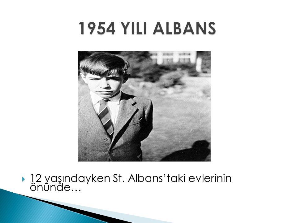 1954 YILI ALBANS 12 yaşındayken St. Albans'taki evlerinin önünde…