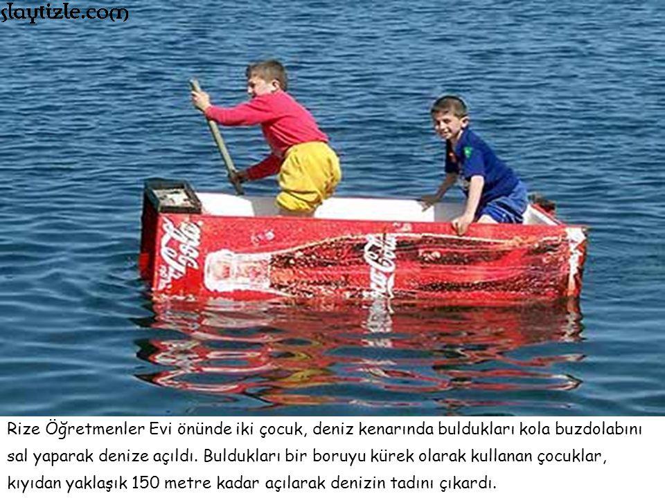 Rize Öğretmenler Evi önünde iki çocuk, deniz kenarında buldukları kola buzdolabını sal yaparak denize açıldı.