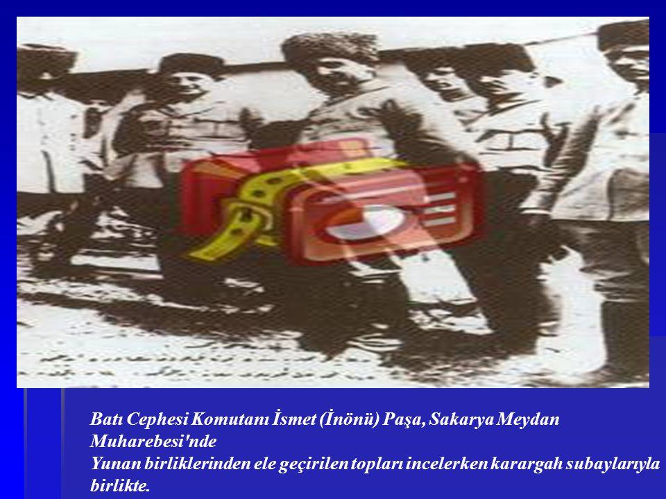 Batı Cephesi Komutanı İsmet (İnönü) Paşa, Sakarya Meydan Muharebesi nde Yunan birliklerinden ele geçirilen topları incelerken karargah subaylarıyla birlikte.