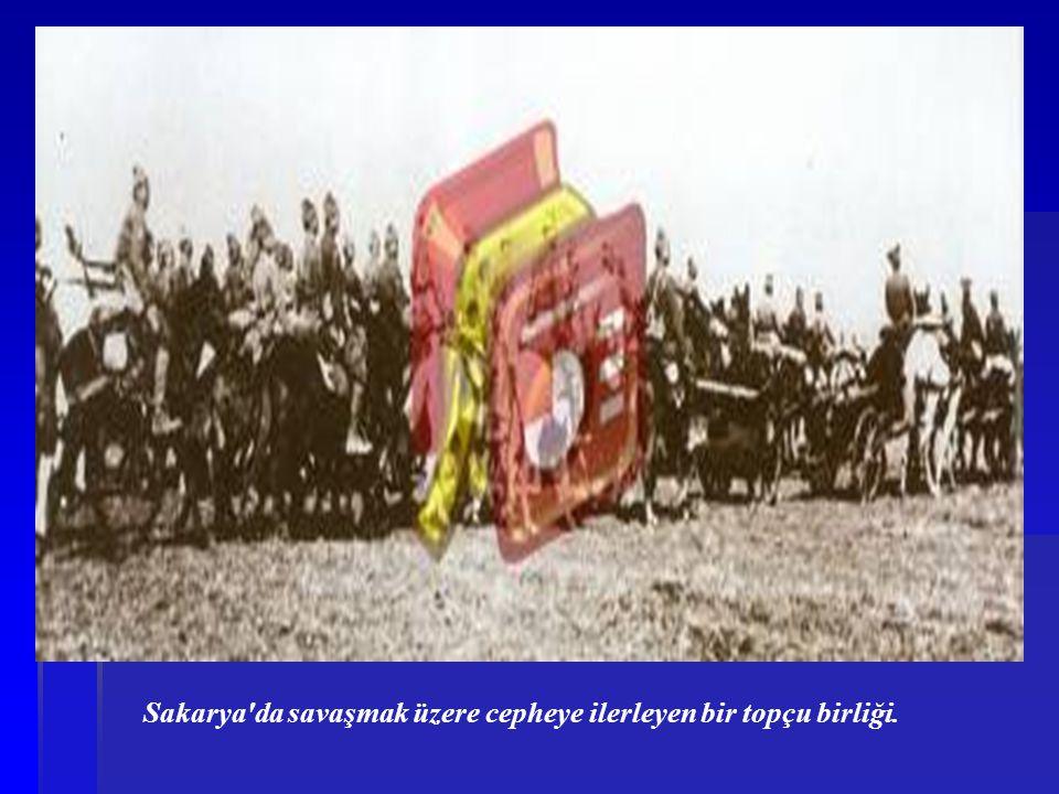 Sakarya da savaşmak üzere cepheye ilerleyen bir topçu birliği.