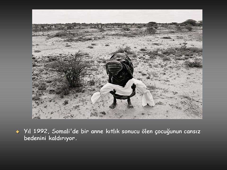 Yıl 1992, Somali de bir anne kıtlık sonucu ölen çocuğunun cansız bedenini kaldırıyor.