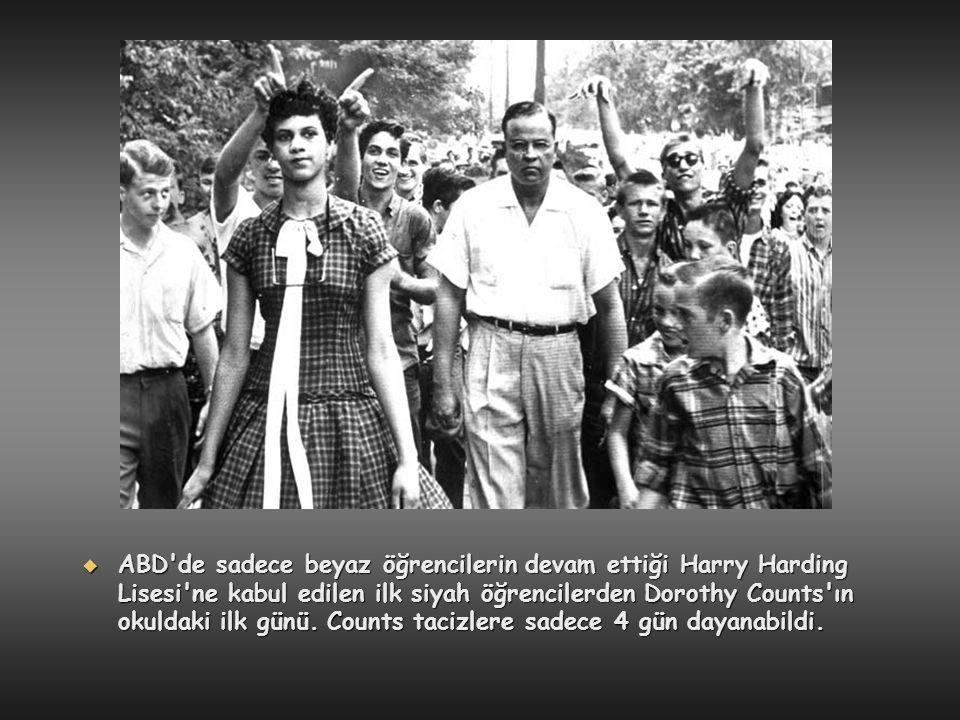 ABD de sadece beyaz öğrencilerin devam ettiği Harry Harding Lisesi ne kabul edilen ilk siyah öğrencilerden Dorothy Counts ın okuldaki ilk günü.