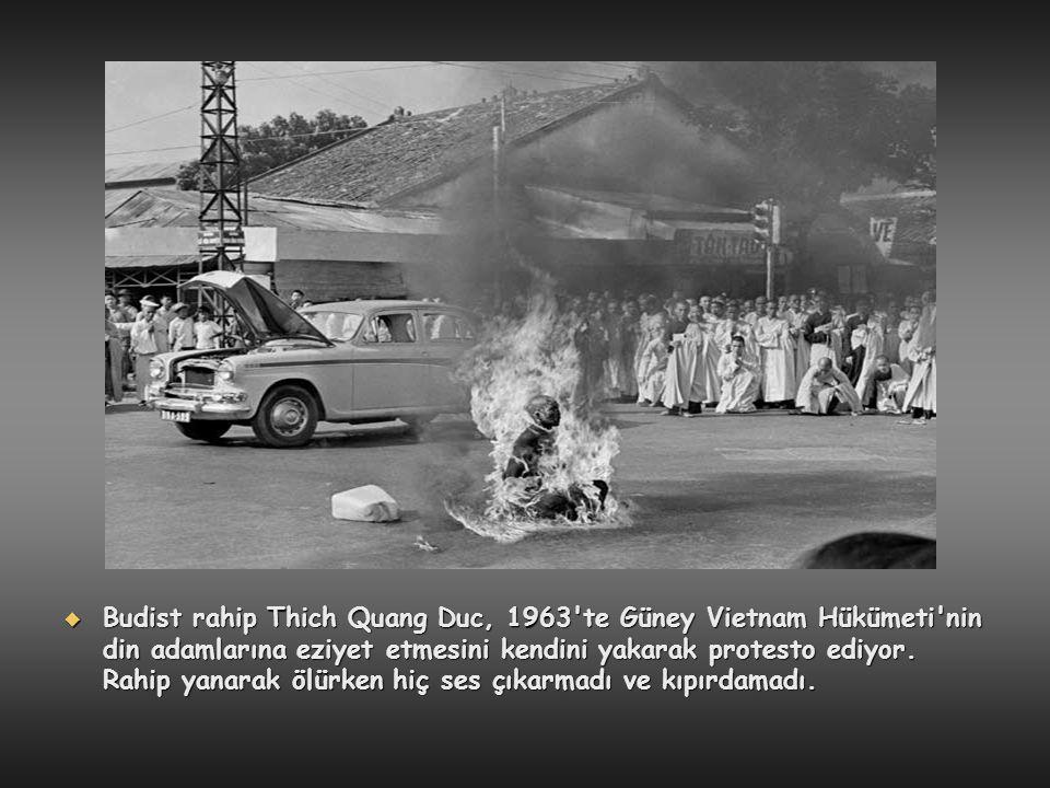 Budist rahip Thich Quang Duc, 1963 te Güney Vietnam Hükümeti nin din adamlarına eziyet etmesini kendini yakarak protesto ediyor.