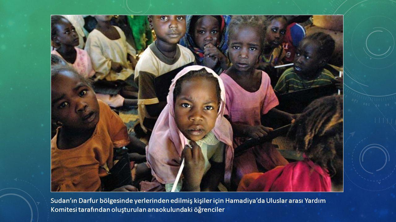 Sudan'ın Darfur bölgesinde yerlerinden edilmiş kişiler için Hamadiya'da Uluslar arası Yardım Komitesi tarafından oluşturulan anaokulundaki öğrenciler