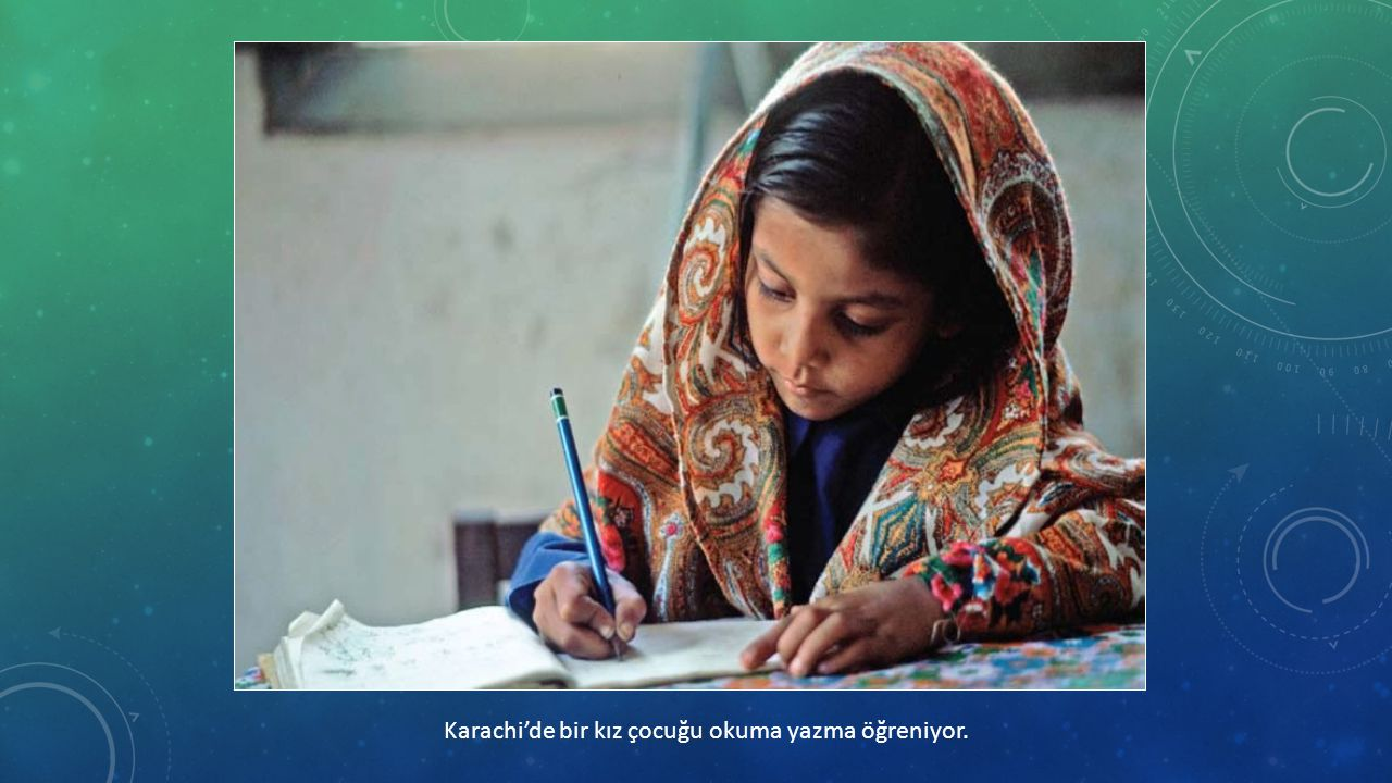 Karachi'de bir kız çocuğu okuma yazma öğreniyor.