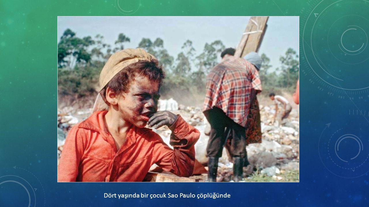 Dört yaşında bir çocuk Sao Paulo çöplüğünde