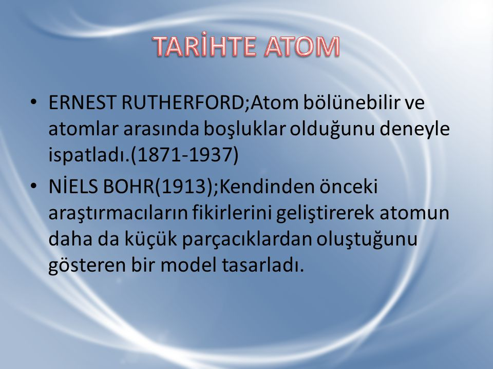 TARİHTE ATOM ERNEST RUTHERFORD;Atom bölünebilir ve atomlar arasında boşluklar olduğunu deneyle ispatladı.(1871-1937)