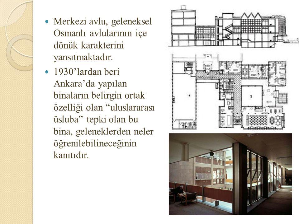 Merkezi avlu, geleneksel Osmanlı avlularının içe dönük karakterini yansıtmaktadır.