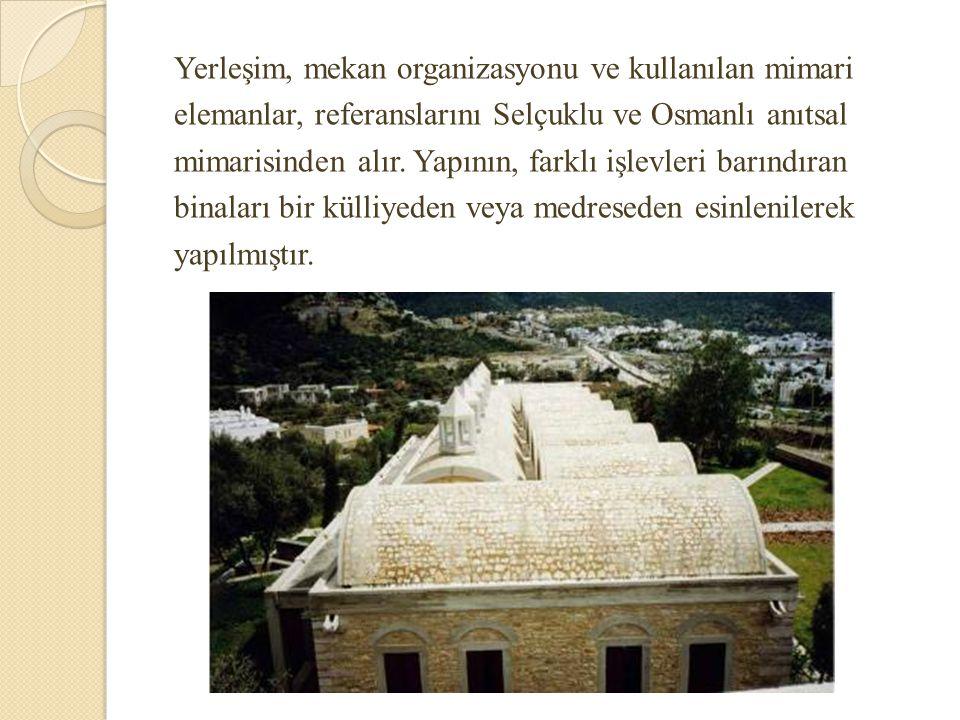 Yerleşim, mekan organizasyonu ve kullanılan mimari elemanlar, referanslarını Selçuklu ve Osmanlı anıtsal mimarisinden alır.