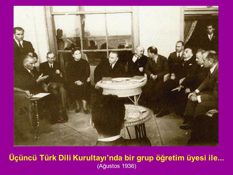 Üçüncü Türk Dili Kurultayı'nda bir grup öğretim üyesi ile