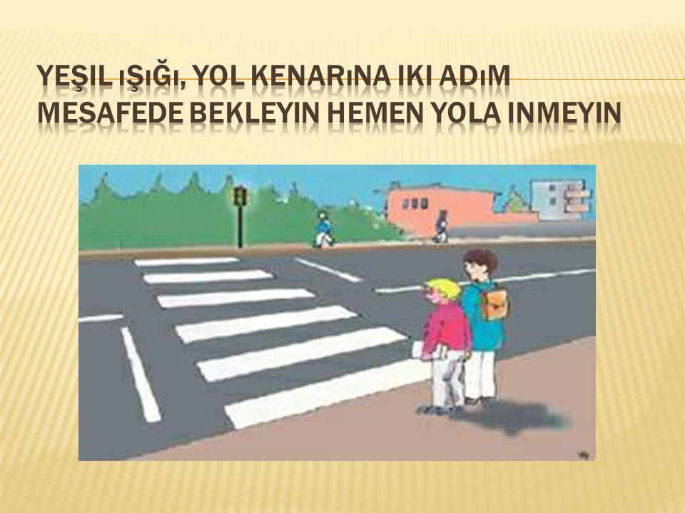 Yeşil ışığı, yol kenarına iki adım mesafede bekleyin hemen yola inmeyin