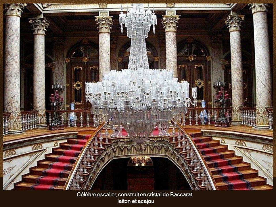 Célèbre escalier, construit en cristal de Baccarat,