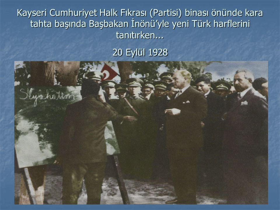 Kayseri Cumhuriyet Halk Fıkrası (Partisi) binası önünde kara tahta başında Başbakan İnönü'yle yeni Türk harflerini tanıtırken...