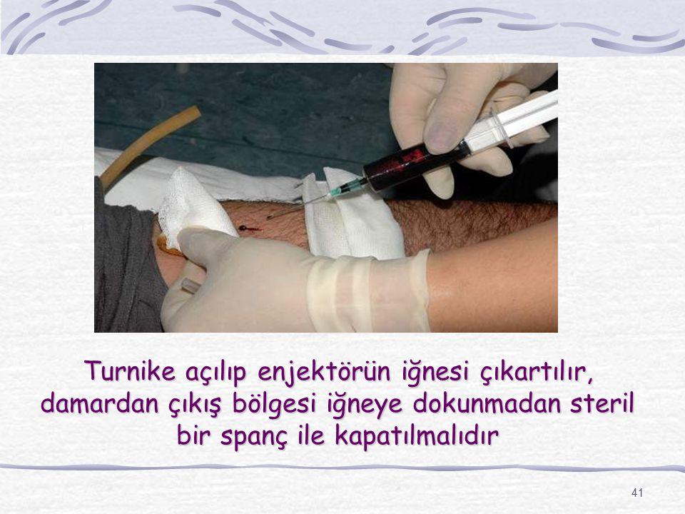 Turnike açılıp enjektörün iğnesi çıkartılır, damardan çıkış bölgesi iğneye dokunmadan steril bir spanç ile kapatılmalıdır