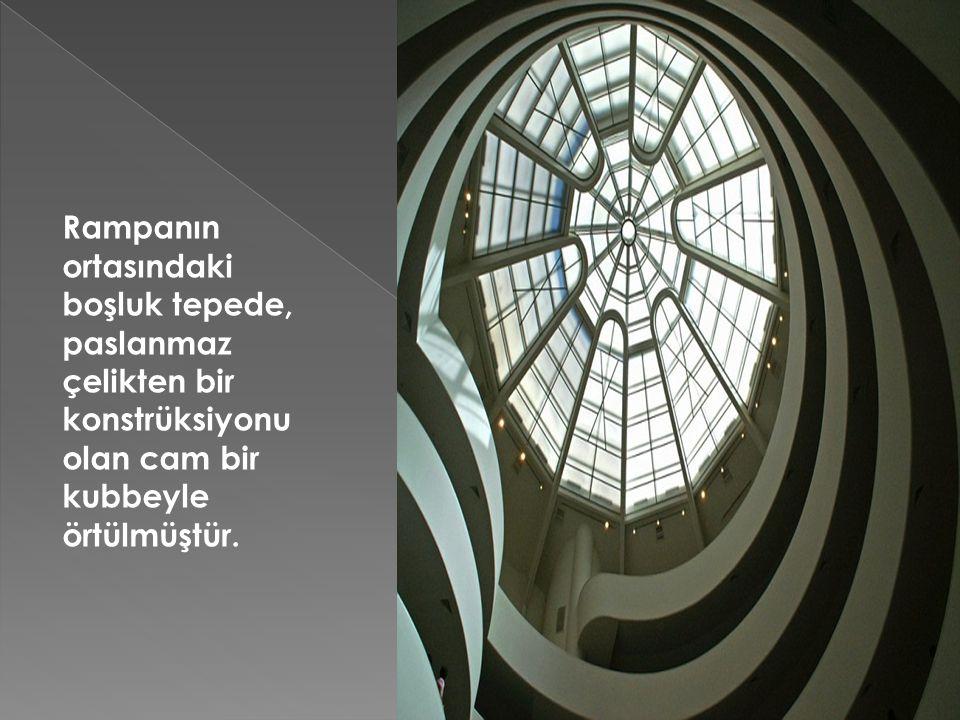 Rampanın ortasındaki boşluk tepede, paslanmaz çelikten bir konstrüksiyonu olan cam bir kubbeyle örtülmüştür.