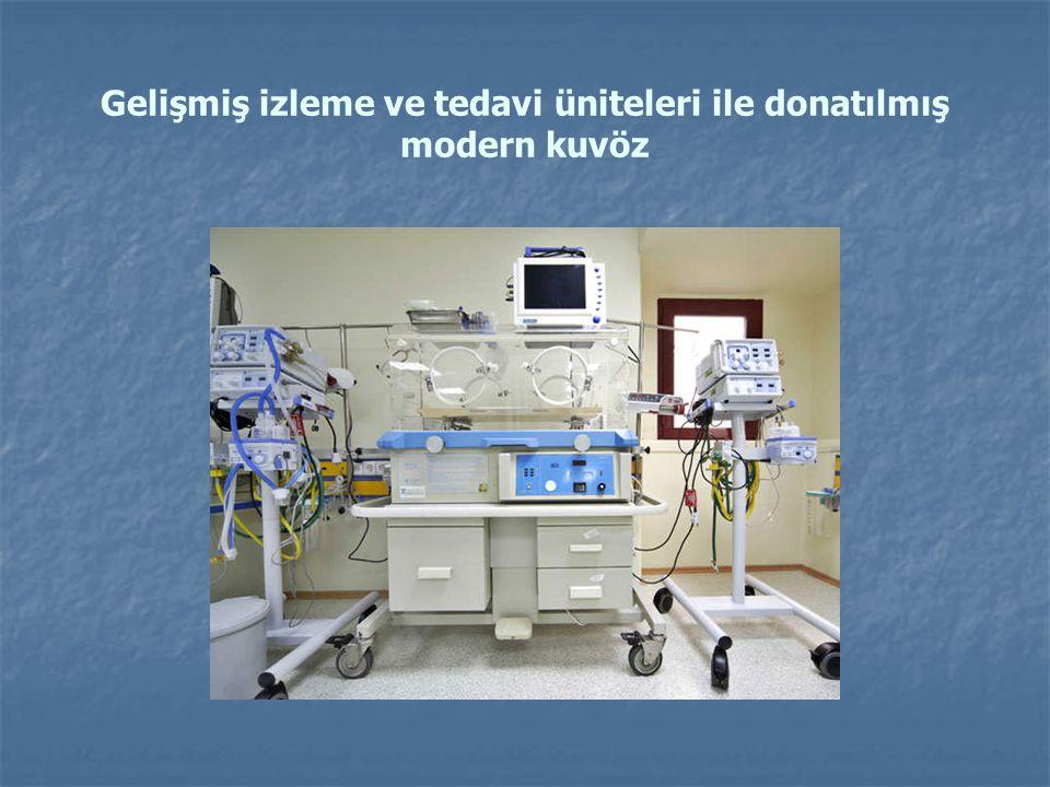 Gelişmiş izleme ve tedavi üniteleri ile donatılmış modern kuvöz