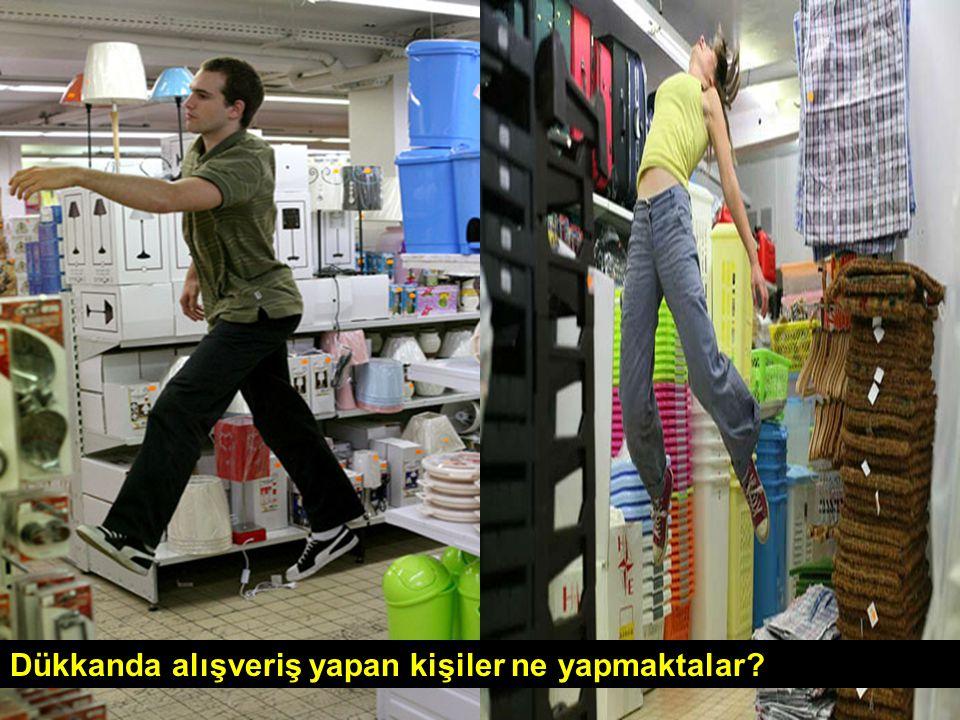 Dükkanda alışveriş yapan kişiler ne yapmaktalar