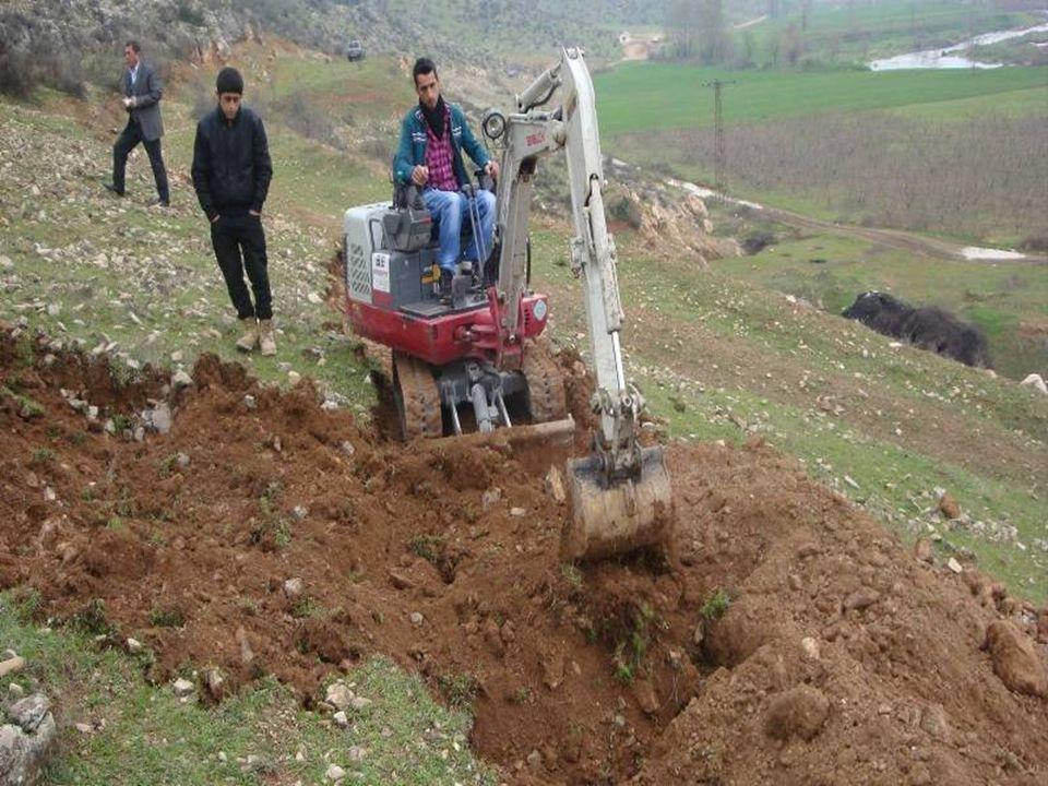 Açılan çukurlar çukurdan çıkan ve yamaçtan alınan üst toprakla dolduruluyor.