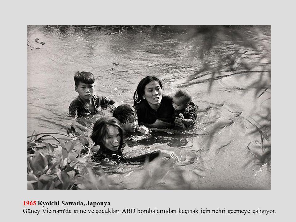 1965 Kyoichi Sawada, Japonya Güney Vietnam da anne ve çocukları ABD bombalarından kaçmak için nehri geçmeye çalışıyor.