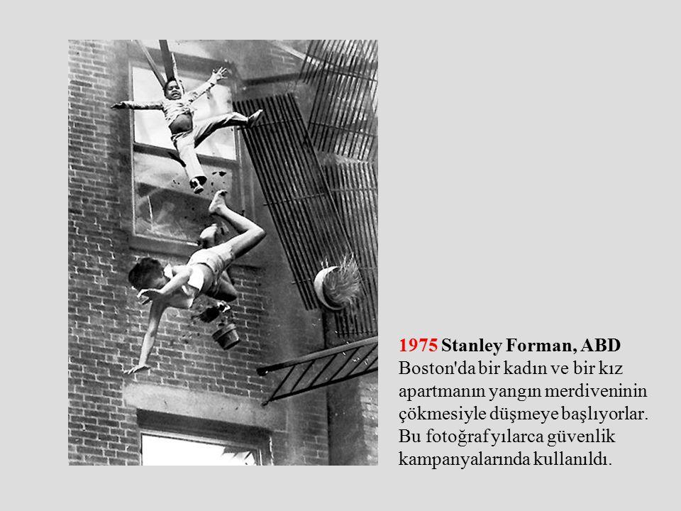 1975 Stanley Forman, ABD Boston da bir kadın ve bir kız apartmanın yangın merdiveninin çökmesiyle düşmeye başlıyorlar.