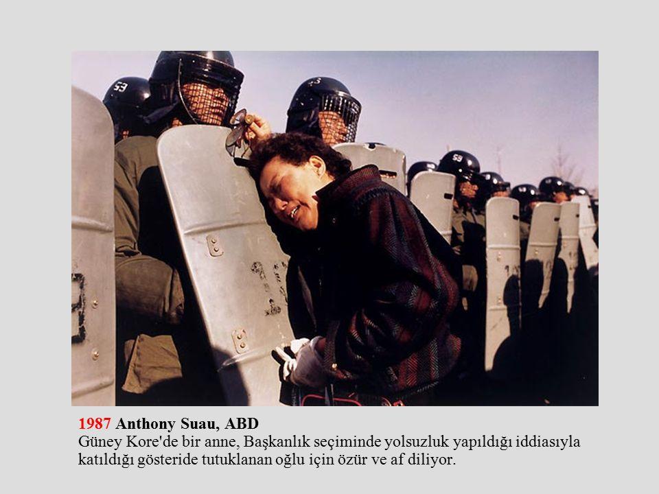 1987 Anthony Suau, ABD Güney Kore de bir anne, Başkanlık seçiminde yolsuzluk yapıldığı iddiasıyla katıldığı gösteride tutuklanan oğlu için özür ve af diliyor.