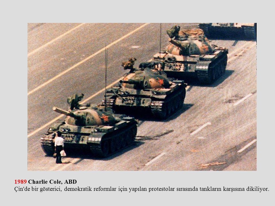 1989 Charlie Cole, ABD Çin de bir gösterici, demokratik reformlar için yapılan protestolar sırasında tankların karşısına dikiliyor.