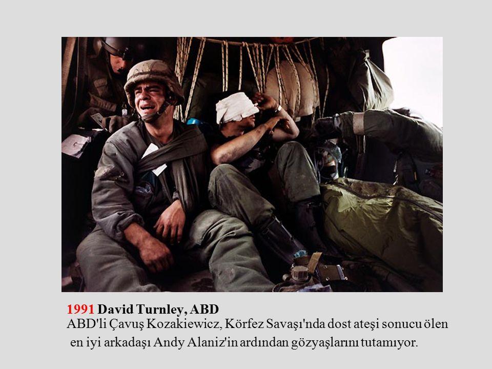 1991 David Turnley, ABD ABD li Çavuş Kozakiewicz, Körfez Savaşı nda dost ateşi sonucu ölen