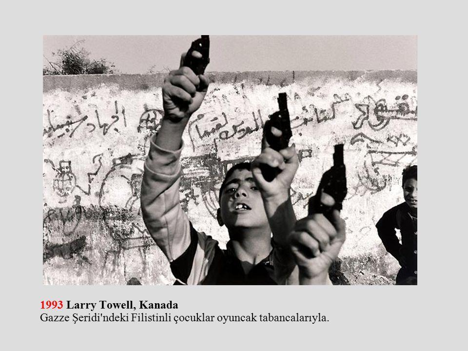 1993 Larry Towell, Kanada Gazze Şeridi ndeki Filistinli çocuklar oyuncak tabancalarıyla.