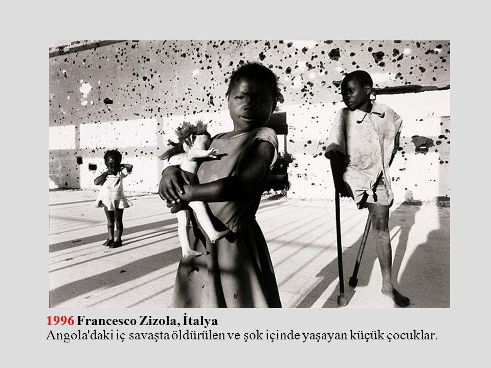 1996 Francesco Zizola, İtalya Angola daki iç savaşta öldürülen ve şok içinde yaşayan küçük çocuklar.