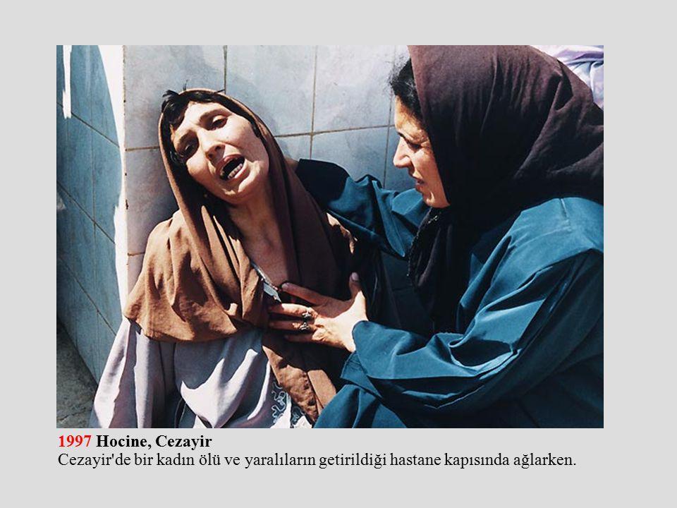 1997 Hocine, Cezayir Cezayir de bir kadın ölü ve yaralıların getirildiği hastane kapısında ağlarken.