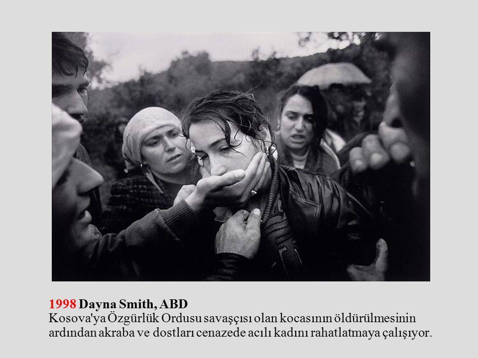 1998 Dayna Smith, ABD Kosova ya Özgürlük Ordusu savaşçısı olan kocasının öldürülmesinin ardından akraba ve dostları cenazede acılı kadını rahatlatmaya çalışıyor.