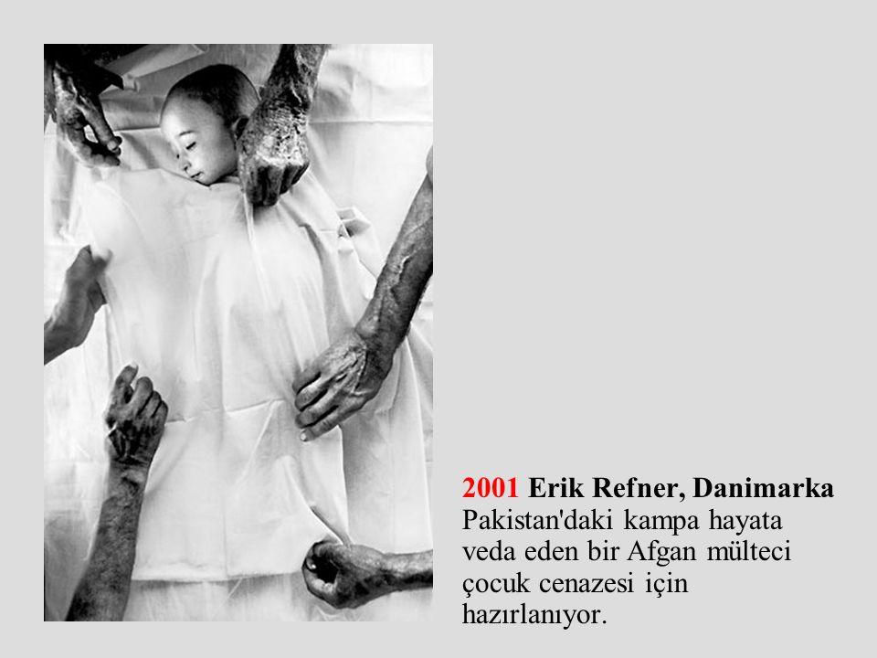 2001 Erik Refner, Danimarka Pakistan daki kampa hayata veda eden bir Afgan mülteci çocuk cenazesi için hazırlanıyor.