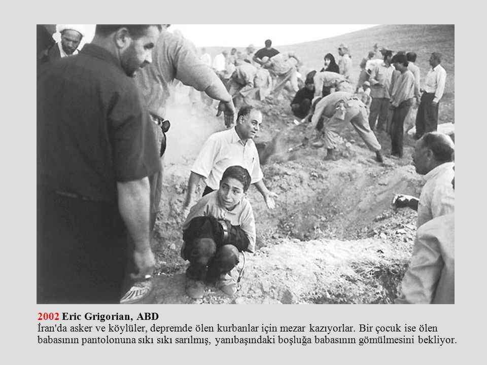 2002 Eric Grigorian, ABD İran da asker ve köylüler, depremde ölen kurbanlar için mezar kazıyorlar.