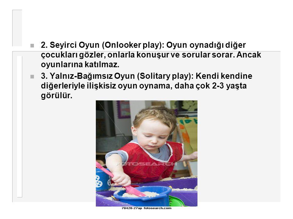 2. Seyirci Oyun (Onlooker play): Oyun oynadığı diğer çocukları gözler, onlarla konuşur ve sorular sorar. Ancak oyunlarına katılmaz.