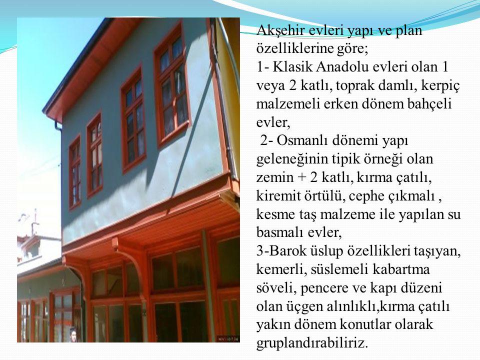 Akşehir evleri yapı ve plan özelliklerine göre; 1- Klasik Anadolu evleri olan 1 veya 2 katlı, toprak damlı, kerpiç malzemeli erken dönem bahçeli evler, 2- Osmanlı dönemi yapı geleneğinin tipik örneği olan zemin + 2 katlı, kırma çatılı, kiremit örtülü, cephe çıkmalı , kesme taş malzeme ile yapılan su basmalı evler, 3-Barok üslup özellikleri taşıyan, kemerli, süslemeli kabartma söveli, pencere ve kapı düzeni olan üçgen alınlıklı,kırma çatılı yakın dönem konutlar olarak gruplandırabiliriz.