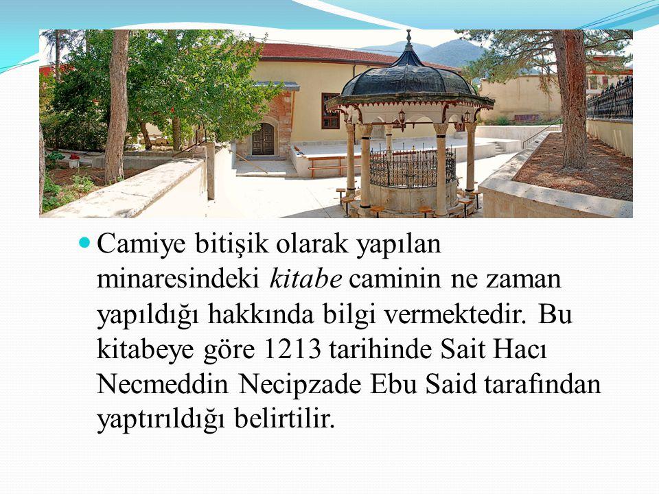 Camiye bitişik olarak yapılan minaresindeki kitabe caminin ne zaman yapıldığı hakkında bilgi vermektedir.