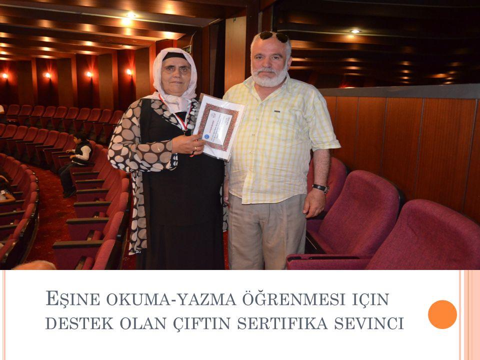 Eşine okuma-yazma öğrenmesi için destek olan çiftin sertifika sevinci